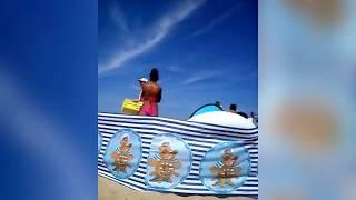 Osobliwy sprzedawca galaretek na plaży w Mielnie