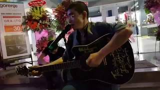 Ca sĩ Chế Phi đàn hát ngẫu hứng trong đêm khai trương Gorenje HCM P3