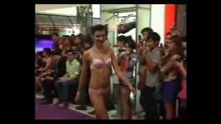 Repeat youtube video นางแบบเสื้อผ้าหลุดกลางห้างดัง.mp4