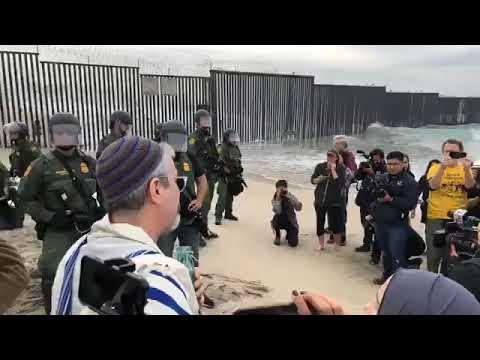 Se enfrentan a los agentes de migración CBP , activistas y líderes religiosos desde EUA🇺🇸