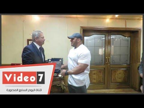 عبد العزيز يهدى درع وزارة الرياضة لـ -بيج رامى  - 14:21-2017 / 10 / 16
