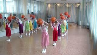 Танец с баскетбольными мячами в детском саду.