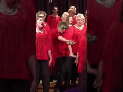 Mamá Sin Tapujos Disfrutando En Su Sesión De Villancicos En Coro De Iglesia