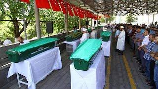 В Турции хоронят жертв теракта. Смертнику было 12-14 лет