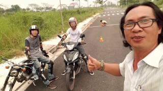 Hai nhóc lần đầu tiên tự tập kỹ thuật lái xe (Gymkhana Motorbike)