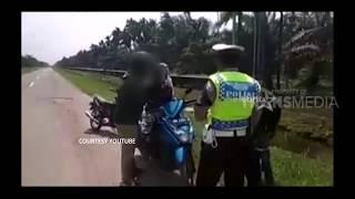 VIRAL! Disetop Polisi Karena Bonceng Tiga, Ternyata Bawa Jenazah