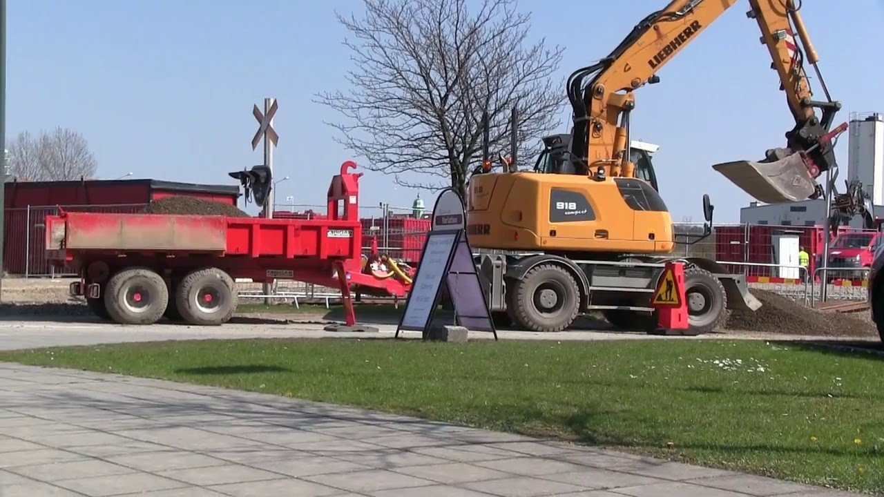 Liebherr A 918 Compact and Bigab trailer - Rubber duck