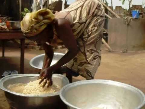 Ablotò: Preparing Ablo in Assahoun, Togo. (Cuisine togolaise)