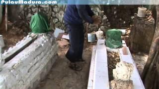 Membuka dan meneliti tulisan di batu Nisan Makam Bujuk Kramat Bangkalan