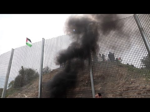 Land day: Palestinian protesters clash with Israeli soldiers
