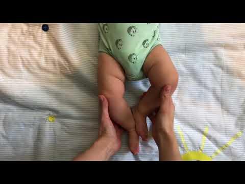 Как научить малыша переворачиваться.