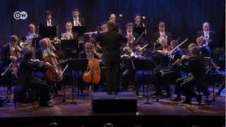 Die 40 Musiker der Deutschen Kammerphilharmonie Bremen bilden das w...