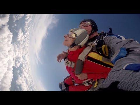 Пенсионерка-колясочница совершила прыжок с парашютом