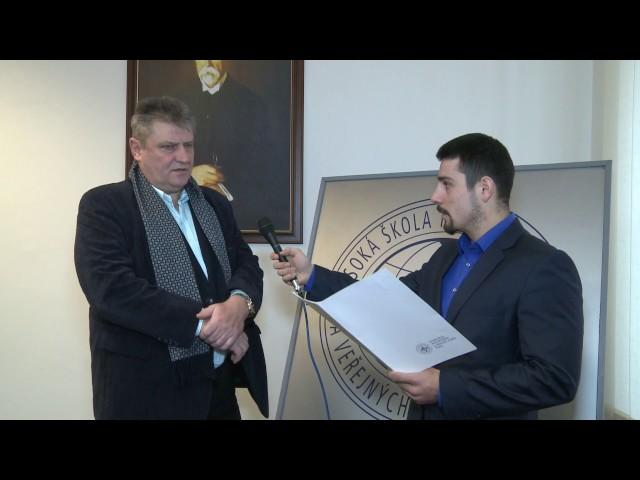Ivo Kaderka p?i rozhovoru se studentem VÅMVV