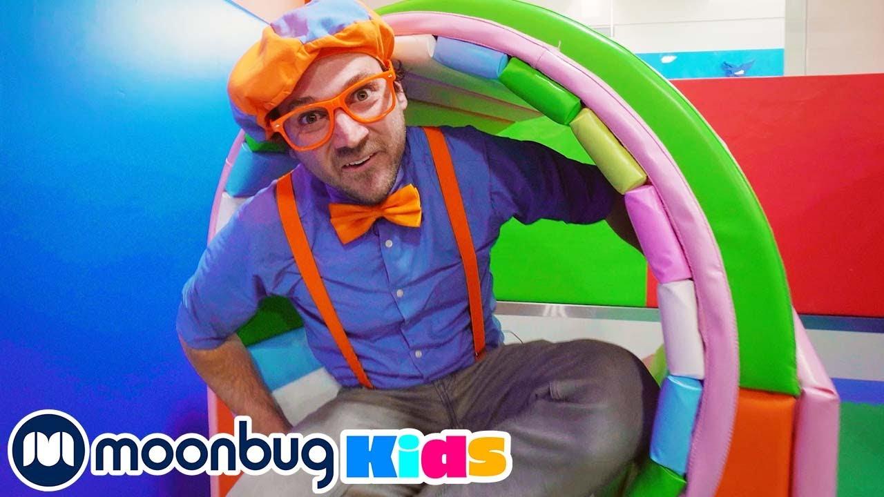 Blippi visita el Patio de Juegos Cubierto Funtastic   Vídeos Educativos   Moonbug Kids en Español