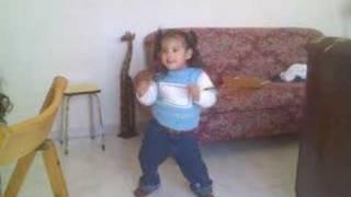niña bailando  regeeton