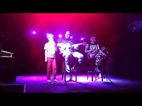 Bryan cantando com Luana Camara