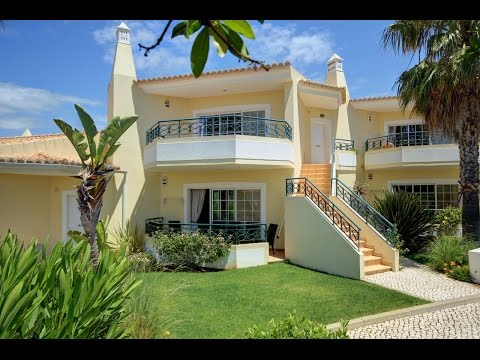 Luxury Townhouse Close to the Ocean in Sought-After Resort for sale in Carvoeiro (Lagoa), Algarve
