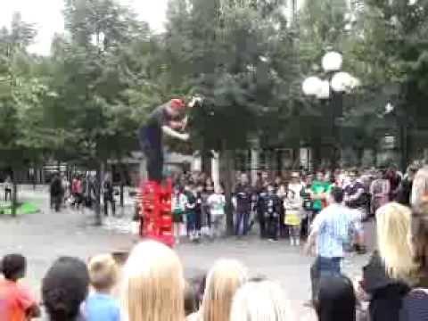 Crazy street artist Johnny Ratoff - show in Sweden.