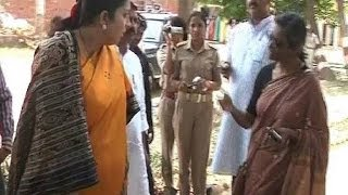 Smriti Irani Verbal Spat with Priyanka Vadra\'s PA in Amethi caught on Camera