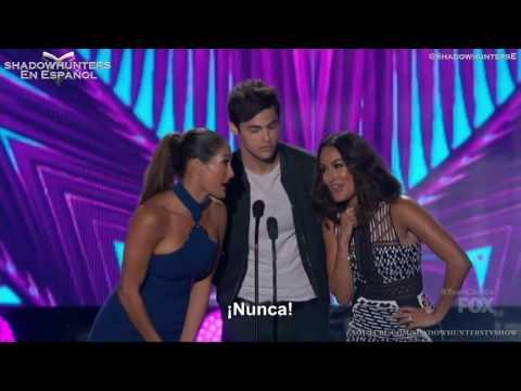Matthew Daddario presenta premio en los Teen Choice Awards 2016 | Subtitulado