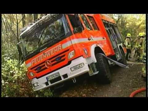 Feuer in Wedel-Feuerwehrauto kippt in Graben auf dem weg ...