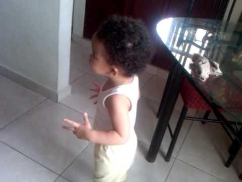 Mi bebe chiquita ayudando su hermanita a limpiar la casa - Limpiar la casa ...