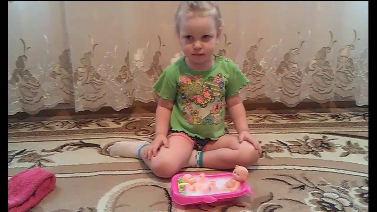 Девочка играется с киской фото 459-396