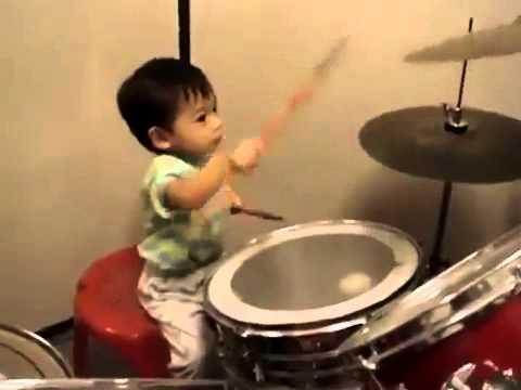 budak 1 tahun main drum