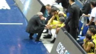 Obradovic mac sırasında Barış Hersek'e basketbol öğretir