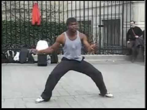 Мужик негр танцует брейк