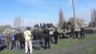 Краматорск. Женщина остановила танк БМД одной рукой. 17.04.14