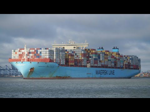 MAERSK MC-KINNEY MOLLER arrives,swings & berths at port of felixstowe 29/11/17