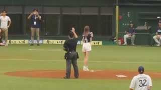 2015年6月12日 埼玉西武ライオンズvs東京ヤクルトスワローズ 西武ドーム セ・パ交流戦 モデルのマギーさんによる始球式.