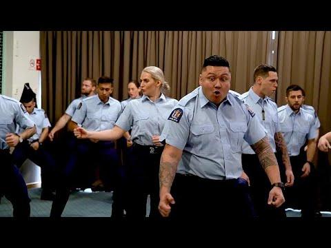 Polícia neo-zelandesa dança o