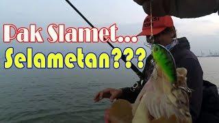 Ultralight fishing: Pak Slamet sukses mencoba mancing menggunakan umpan palsu.
