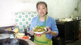 農村媳婦到菜地摘荷蘭豆,用大鐵鍋做荷蘭豆炒肉,味道真不錯