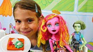 Куклы #МонстерХай Гулиопа и Портер Гейс идут в гости 🍩 Готовим сладости #ПлейДо Мультики для детей