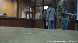 Полицейский бьет девушку