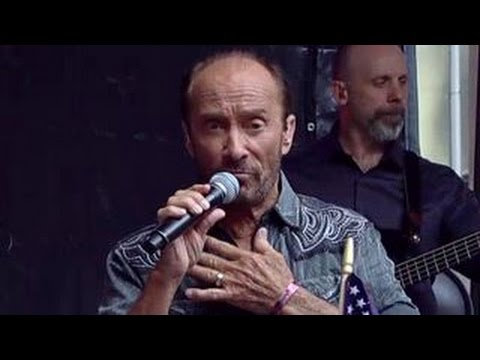 Lee Greenwood performs 'God Bless the U.S.A'