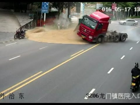 Motorcyclist CheatsDeath in East China from Overturning Truck