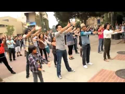 Sinh viên Việt cầu hôn bằng vũ điệu flash mob
