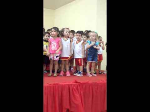 Primeira apresentação da Luiza na escola
