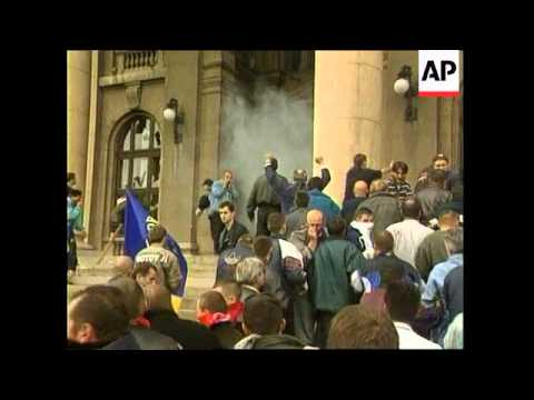 YUGOSLAVIA: ANTI MILOSEVIC PROTESTS: PARLIAMENT - YouTube