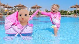 Caruciorul si bebelusul au cazut in piscina | Video pentru copii | Sketch
