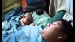 NGakak, bayi tidur ini kaget mendengar ayahnya ngorok