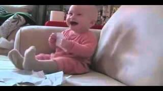 Bébé qui rigole au bruit du papier déchiré !! / Baby laughing at ripped paper !!