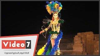 بالفيديو..ملكات جمال العالم يقدمن عرض ازياء بالزي الوطنى بالاهرامات لدعم السياحة