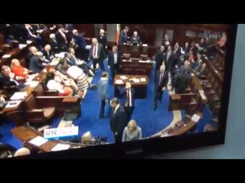 'Pints' or a wave in the Dáil?