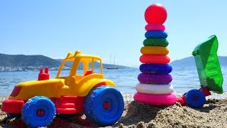 Видео для детей. #Машинки на пляже. Экскаватор и Грузовичок собирают пирамидку
